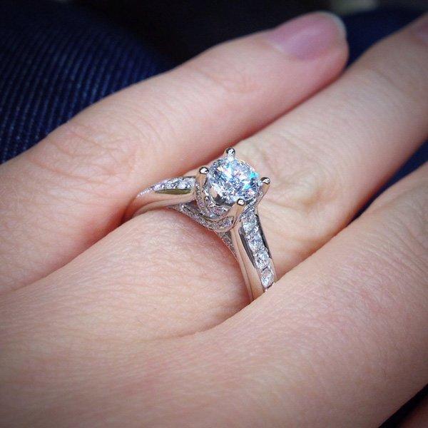 Украшение для помолвки с одним или тремя камнями  помолвочные кольца ... 9472fa0a13a